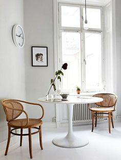 Wit interieur met houten stoelen - 15x inspiratie: hout in huis