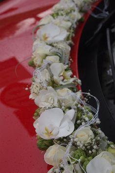 Mooie bloemen om de trouwauto nog specialer te maken.