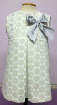 Vestido para bebe niña en pique de nido de abeja blanco con lunares grises c9d733ffa210