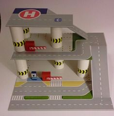 The post Tankstelle komplett aus Pappe und Holz. appeared first on WMN Diy. Projects For Kids, Diy For Kids, Crafts For Kids, Diy Projects, Cardboard Car, Cardboard Box Crafts, Carton Diy, Diy Karton, Toy Garage