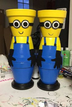 made with regular ol' terra cotta flower pots. Minion Flower Pot People – Painted Flower Pot Ideas and DIY Flower Pot Crafts We Love – Have you seen these Minion terra cotta pots that people are making? Flower Pot Art, Clay Flower Pots, Terracotta Flower Pots, Flower Pot Crafts, Diy Flower, Flower Pot People, Clay Pot People, Clay Pot Projects, Clay Pot Crafts