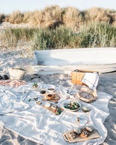 Picnic on the Hotel Stelor beach at Tofta, Gotland Picnic Time, Picnic Dinner, Picnic Parties, Beach Picnic, Beach Lunch, Beach Camping, Beach Party, Plein Air, Fresco