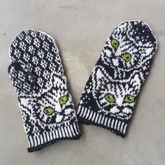 On nää yökyöpelit kyllä niin . Vois tehdä itsellekin.  #lapaset #yökyöpelilapaset #lumikarmitsa #villitvanttuutvallatt... Mittens Pattern, Knit Mittens, Knitting Socks, Double Knitting Patterns, Knitting Projects, Needlework, Knit Crochet, Upcycle, Gloves