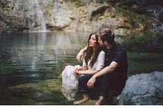 Olivia und Richard, Engagementshoot unterm Wasserfall von Kelsea Holder Photography - Hochzeitsguide