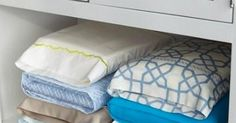 You don't have to tear up the linen closet searching for bed sheet sets anymore. Store each linen set inside one of the pillowcases from the set. Hacks Diy, Cleaning Hacks, Closet Hacks, Tips & Tricks, Everyday Items, Organizing Your Home, Organizing Tips, Organising, Closet Organization