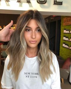 The most beautiful balayage hair trends from blonde to brown. Informations About Balayage Haare Blonde Hair With Highlights, Brown Blonde Hair, Brown Hair Balayage, Hair Color Balayage, Balayage Brunette To Blonde, Bronde Haircolor, Blonde Hair With Dark Roots, Face Frame Highlights, Light Brunette Hair