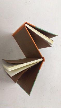 Georgina Aspa · Dos-á-dos Handmade Notebook, Diy Notebook, Notebook Design, Handmade Books, Journal Notebook, Journals, Notebooks, Bookbinding Tutorial, Bookbinding Ideas