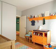 As paredes do quarto de Ravi têm a cor Branco Tule, da Coral. Berço, cômoda e cabideiro desenhados pela arquiteta Bruna Riscali e executados pela Marcenaria Madesma. Tapete de lona, da JRJ (Foto: Victor Affaro)