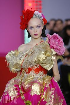 Christian Lacroix – 51 photos - the complete collection Christian Lacroix, Pink Fashion, Couture Fashion, Runway Fashion, French Fashion Designers, Cristiano, Timeless Fashion, Spring Summer Fashion, Pretty In Pink