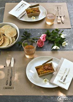 Sur une table en zinc au Jardin du Tomple, les sets de table éphémères se mettent en scène pour un déjeuner en plein air