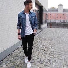 Combinações básicas também podem ser estilosas. Na foto, jaqueta jeans estonada com camiseta básica branca, calça preta e tênis branco.