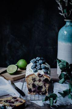 Cake aux myrtilles, citron vert et graines de pavot Un Cake, Macaron, Breakfast, Food, Lime Juice, Seeds, Kitchens, Morning Coffee, Eten