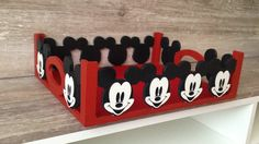 Bandeja em mdf personalizada Mickey Ideal para quarto de bebê, kit higiene, decoração de aniversários etc. Possibilidade de escrever qualquer nome. Informe o nome e a cor que deseja no ato da compra.
