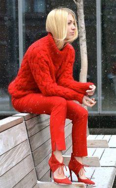 Um look monocromático vermelho pode ser a solução para produções nada básicas esse inverno.