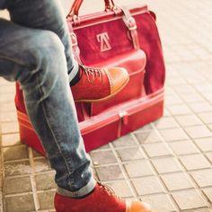 Bolso de viaje con compartimento separado para los zapatos y bolso de trabajo. Realizado de manera artesanal y con las mejores pieles, #abrahamzambrana. Los puedes encontrar en Abraham Zambrano Tenerife.  Información y reservas 922333666 o abrahamzambranatenerife@gmail.com o visita nuestra showroom en La Orotava.   #bolsodeviaje #abrahamzambranatenerife #zapatosartesanales #handmadeshoes #santacruzdetenerife #menstore #accesorios #complementos