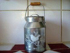 Pot à lait déco à l'oiseau réalisé en métal aspect zinc avec son anse en bois, déco campagnarde