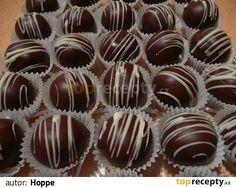Balíček piškotů pomeleme, přidáme ostatní suroviny, vypracujeme těsto a vytvoříme kuličky, po ztuhnutí namočíme do čokoládové polevy a dozdobíme.