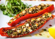 Rote Paprika gefüllt mit Quinoa und Feta