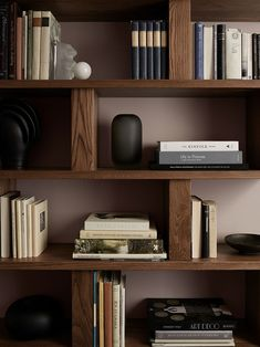 Easy home staging tips help create beautiful shelves decoration and emphasize your modern interior design Home Library Design, Home Office Design, House Design, Design Design, Bookshelf Design, Bookcase Shelves, Bookcases, Corner Shelves, Wall Shelves