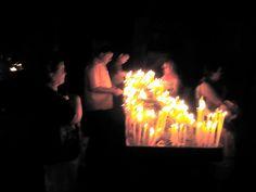 Armenia. Encendiendo velas en el templo de Geghard