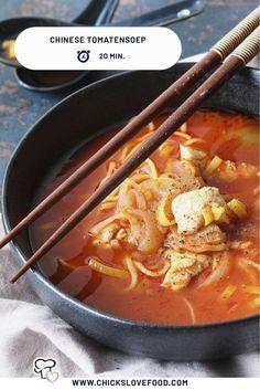 Tomatensoep is op zich al heel erg lekker, maar wat dacht je van deze oosterse variant? De gember geeft deze soep een lekker pittig tintje, en de sojasaus en noedels maken het geheel écht Chinees! #chinesetomatensoep #tomatensoep #soeprecepten #snellerecepten #lekkererecepten #makkelijkerecepten Happy Foods, 20 Min, Thai Red Curry, Love Food, Ramen, Soup Recipes, Food And Drink, Dinner, Eat