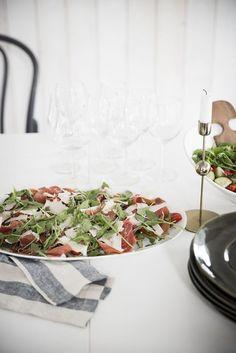 Recept på enkel förrätt- Prosciutto med ruccola, tomater och parmesan