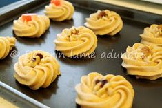 (Please scroll down for English version)   Mai sunt 3 luni pana la Craciun, si desi este sarbatoarea mea preferata, nu vreau sa ma grabe... Homemade Sweets, Christmas Cookies, Biscuits, Christmas Decorations, Cupcakes, Food And Drink, Cooking, Romania, Ideas Para