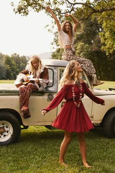 Magie hippie days veste hippie chic style bobo chic femme robe rouge courte femme assise sur la voiture jupe longue top dentelle