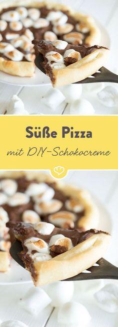 Wenn sich Schokoholics und Pizza-Fans zusammentun, kommt eine süße Pizza mit selbstgemachter Schokocreme und Marshmallow-Topping dabei heraus.