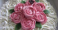 Mange har lyst å lage rose -kaker og det er egentlig veldig enkelt. Slik gjør du: 1. Du lager en frosting som du liker. Gode frosting... Icing, Frosting, Swirls, Cake Decorating, Rose, Ethnic Recipes, Desserts, Tailgate Desserts, Pink