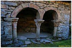 Iglesia mozárabe de Peñalba de Santiago (León) Arch Gate, Roman Church, Carolingian, Amazing Spaces, Hidden Treasures, Iglesias, Romanesque, Countries Of The World, Interior And Exterior