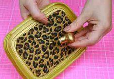 Uma caixa decorativa para ajudar a guardar pequenos objectos, que todas as mulheres adoram coleccionar. Material necessário : Pote de sorvete Tecido Fitinh