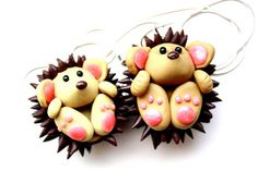 This Charming Stuff - polymer clay tutorials and DIY : Polymer clay hedgehog TUTORIAL Polymer Clay Animals, Cute Polymer Clay, Cute Clay, Polymer Clay Miniatures, Fimo Clay, Polymer Clay Projects, Polymer Clay Charms, Polymer Clay Creations, Clay Crafts