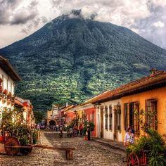 The Work of Byron Katie retreat i Guatemala | 24. - 30. januar 2016 - Tag på en uges retreat i Guatemala, og lær at bruge THE WORK OF BYRON KATIE i en eksklusiv bjergvilla med udsigt over vulkanerne ved den smukke Atitlán sø.