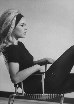 Bom dia com Brigitte Bardot e seu cabelo muso... E tão atual!