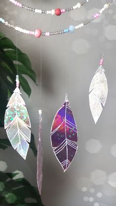 Feather DIY craft from old CD The post DIY with old CD – glittering dream catcher Do it yourself appeared first on Garden ideas - Upcycled Home Decor Upcycled Crafts, Old Cd Crafts, Upcycled Home Decor, Diy Home Crafts, Rock Crafts, Homemade Crafts, Garden Crafts, Decor Crafts, Cd Decor