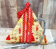 MANNEQUIN QUILTED BAG Triangle Geometrical Project Beige Red