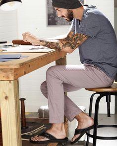 Mode Masculine, Barefoot Men, Mens Flip Flops, Male Feet, Photo Poses, Cute Guys, Flip Flop Sandals, Lounge Wear, Comfy