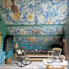 大胆にペイントされた個性的な屋根裏は、自分だけのリラックスできるお楽しみ空間になっています。自分の好きな家具をそれぞれ集めても、天井が高いのでゴチャゴチャ感がありませんね。