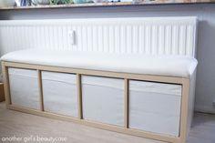 Ein einfaches DIY für eine gemütliche, stabile Bank mit viel extra Stauraum. Perfekt für kleine Wohnungen und vollgestopfte Kinderzimmer! IKEA-Hack