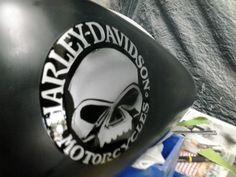 Fat-Boy Harley Davidson, com logo da HD pintada por Harrison Kustom