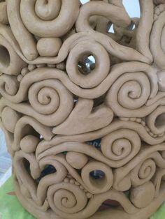 Slab Ceramics coil pots Tips Windlicht töpfern Fantastic Pictures Slab Ceramics coil pots Tips Windlicht töpfern This ceramic piece is very beautiful and complicated. Hand Built Pottery, Slab Pottery, Ceramic Pottery, Pottery Art, Thrown Pottery, Clay Art Projects, Ceramics Projects, Clay Crafts, Slab Ceramics