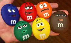 M&M pebble arts - wonderful diy pebbles art ideas for gift and unique decoration Rock Painting Patterns, Rock Painting Ideas Easy, Rock Painting Designs, Painting For Kids, Diy Painting, Pebble Painting, Pebble Art, Stone Painting, Stone Crafts