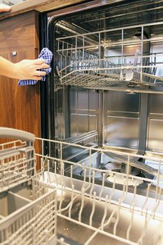 Keep the dishwasher seal clean Diy Dishwasher Cleaner, Dishwasher Cleaning Tips, Dishwasher Smell, Diy Home Cleaning, Cleaning Appliances, Cleaning Wood, Household Cleaning Tips, Dishwasher Detergent, Cleaning