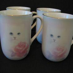 набор из 4 костей фарфоровых чашек показывая белую кошку Китти с розовой розы был разработан художником Бобом Харрисоном для Otagiri. Чашки имеют подпись и товарный знак Харрисона, а также товарный знак Otagiri. Чашки расписанную в Японии и были сделаны 1970-х годов 1990-х