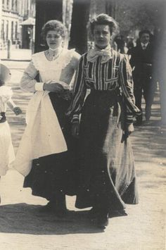 Photo taken Netherlands, 1906 by cartoonist Linley Sambourne #History #Costume #fashionHist