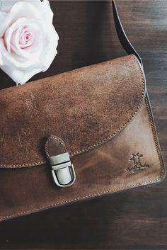 Die moderne Handtasche mit dem gewissen Etwas! Klassisches Design trifft auf angesagten jungen Retrolook. Komfortabel in der Handhabung und universell einsetzbar, avanciert diese Vintage-Ledertasche zur unverzichtbaren Begleiterin für jeden Tag, als Umhängetasche für die Freizeit und als schicke Abendtasche zum Ausgehen. Gusti Leder - Zoey