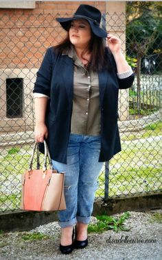 plus size girlfriend distressed jeans outfit, more pictures and details at http://www.divadellecurve.com/2015/04/come-indossare-boyfriend-jeans.html