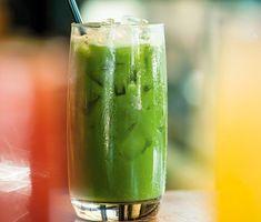 Mixa en uppiggande grön drink. Grönkål, eller spenat, äpple, selleri och citron ger sköna vitaminer. Färsk ingefära ger gott sting. Du behöver en mixerstav för att göra drinken. Eller ännu hellre en råsaftscentrifug, då går det på ett kick.