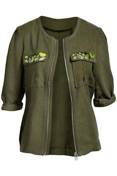 Colección Conscious de H  Chaqueta verde militar con decoración de pedrería.